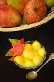 Korb der Mangofrüchte und des Fruchtsalates Stockbild