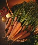 Korb der organischen Karotten Stockfotos