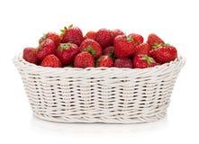 Korb der reifen Erdbeeren Stockfoto