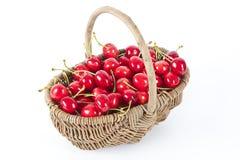 Korb der roten Kirschen Lizenzfreies Stockfoto