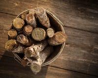 Korb des Brennholzes Stockbilder