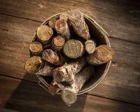 Korb des Brennholzes Lizenzfreie Stockbilder