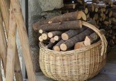 Korb des Brennholzes Stockfotografie