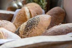 Korb des frischen gebackenen Brotes am Landwirtmarkt Stockfotos