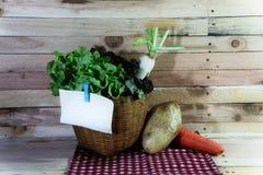 Korb des Gemüses auf dem hölzernen Hintergrund lizenzfreies stockbild