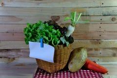 Korb des Gemüses auf dem hölzernen Hintergrund Lizenzfreies Stockfoto