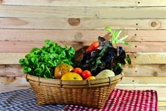 Korb des Gemüses auf dem hölzernen Hintergrund Stockfotos