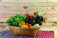 Korb des Gemüses auf dem hölzernen Hintergrund Lizenzfreie Stockbilder