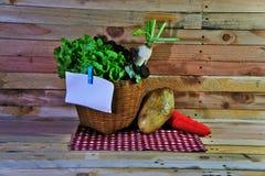 Korb des Gemüses auf dem hölzernen Hintergrund Lizenzfreie Stockfotografie
