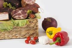 Korb des geräucherten Fleisches und des frischen Gartengemüses lizenzfreie stockfotografie