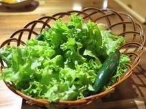 Korb des Kopfsalates und des grünen Paprikas Lizenzfreie Stockfotografie