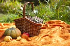 Korb für Picknick, großen Kürbis, Äpfel und Birnen Stockfotos