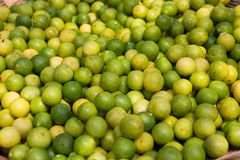 Korb gef?llt mit Zitronen und Kalken am Nahrungsmittelmarkt Indien stockbild
