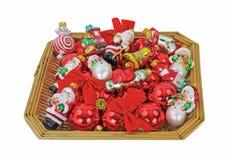 Korb-kleines Weihnachten verziert obenliegende Ansicht Lizenzfreie Stockfotos