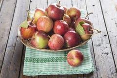 Korb mit Äpfeln auf einem Holztisch Stockfotografie
