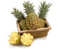 Korb mit Ananas Stockbilder