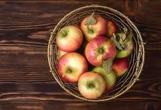 Korb mit Apfel-neuem rohem geschmackvollem Apfel-Draufsicht-Ernte-Kopien-Raum Lizenzfreie Stockfotos