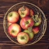 Korb mit Apfel-neuer roher geschmackvoller Apfel-Draufsicht-Ernte Stockfotos