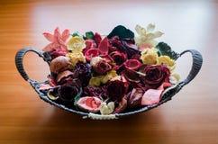 Korb mit Blumen Stockfoto