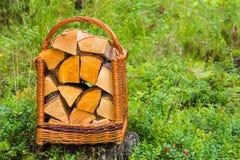 Korb mit Brennholz Lizenzfreies Stockfoto