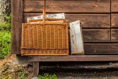 Korb mit Brennholz Stockfotografie