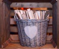 Korb mit Brennholz Stockfoto