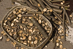 Korb mit Brennholz und Steuerknüppeln Stockfotografie