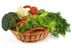 Korb mit buntem Gemüse lizenzfreie stockbilder