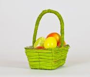 Korb mit bunten Eiern Stockfoto