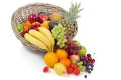 Korb mit bunten Früchten Stockbilder