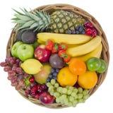 Korb mit bunten Früchten Lizenzfreie Stockfotografie