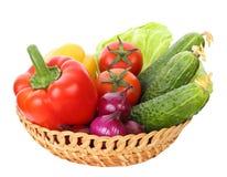 Korb mit dem Gemüse lokalisiert auf weißem Hintergrund Stockbild
