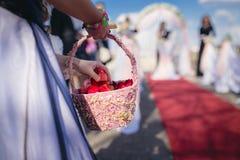 Korb mit den Blumenblättern für die Heirat lizenzfreie stockfotografie