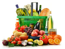 Korb mit den Lebensmittelgeschäftprodukten getrennt auf Weiß Stockfotos