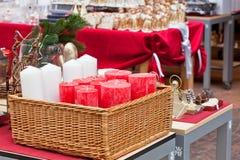Korb mit den roten und weißen runden Kerzen Lizenzfreie Stockbilder