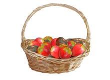 Korb mit den Tomaten lokalisiert auf Weiß Lizenzfreies Stockfoto