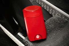 Korb mit desodorierenden Mitteln für Männer Lizenzfreie Stockfotos