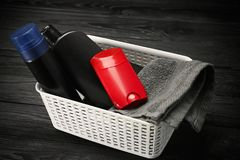 Korb mit desodorierenden Mitteln für Männer Stockfotografie