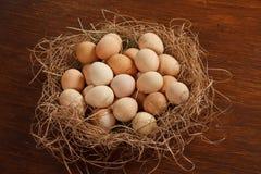 Korb mit Eiern Stockbilder