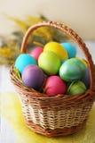 Korb mit Eiern Stockfoto