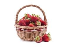 Korb mit Erdbeere Stockfotos