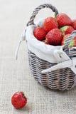 Korb mit Erdbeeren Stockfoto