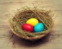 Korb mit farbigen Eiern Stockfoto