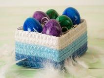 Korb mit farbigen schönen Eiern Stockbild