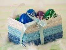 Korb mit farbigen schönen Eiern Stockfotos