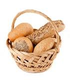 Korb mit frischem Brot stockbild