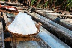 Korb mit frischem extrahiertem Seesalz in Bali, Indonesien Lizenzfreies Stockbild