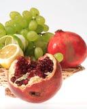 Korb mit frischen Früchten Stockfotos