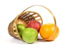 Korb mit Frucht. Lizenzfreie Stockfotos