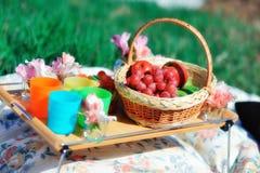 Korb mit Frucht und Blumen Lizenzfreies Stockfoto